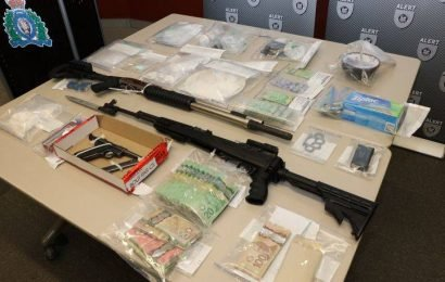 7 people charged after cocaine, guns, money seized in Red Deer