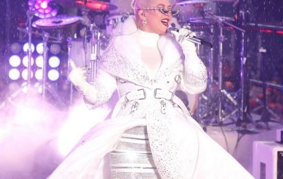 Christina Aguilera transforms into snow queen for New Year's Rockin' Eve in NYC