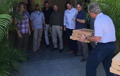 Bush delivers pizza to Secret Service detail, calls for end to shutdown