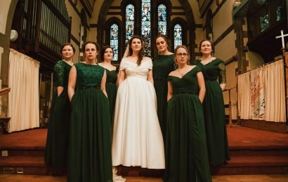 Bridal party's 'power pose' showing off pockets goes viral