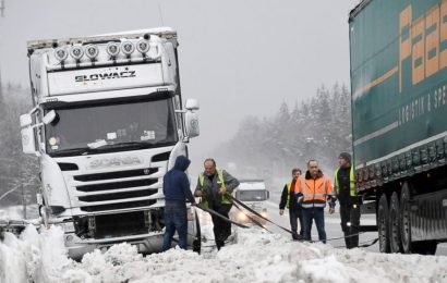 Snow disrupts transport in Alps, several dead in accidents