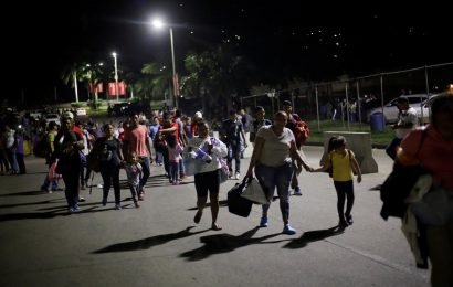 Hundreds of Hondurans set off toward United States in new caravan