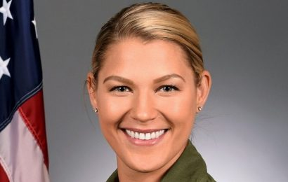 Why was Capt. Zoe Kotnik, first female Viper demo team commander, ousted after 2 weeks?