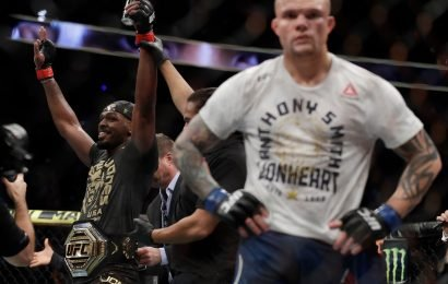 Jon Jones escapes disqualification to retain light-heavyweight title after dominating Anthony Smith at UFC 235