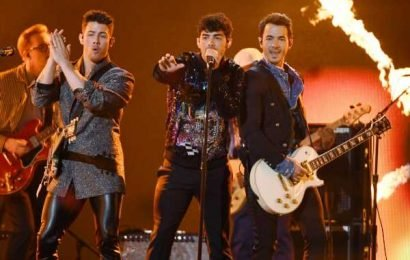 The Jonas Brothers Just Performed The *Ultimate* Throwback On 'SNL'