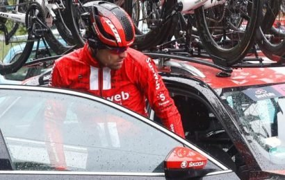 Tom Dumoulin abandons Giro d'Italia with knee injury on stage five