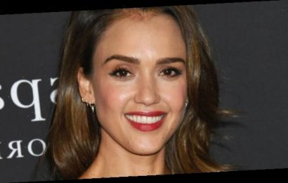 Jessica Alba Just Demonstrated How to Turn a Blunt Lob into a Holiday Hair Look