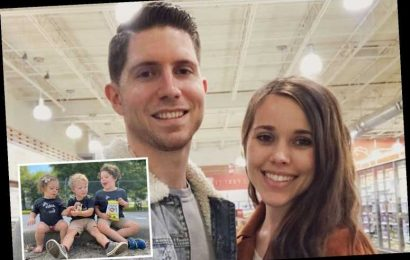 Jessa Duggar fuels pregnancy rumors after sons and daughter wear matching sibling shirts and pose for group photos