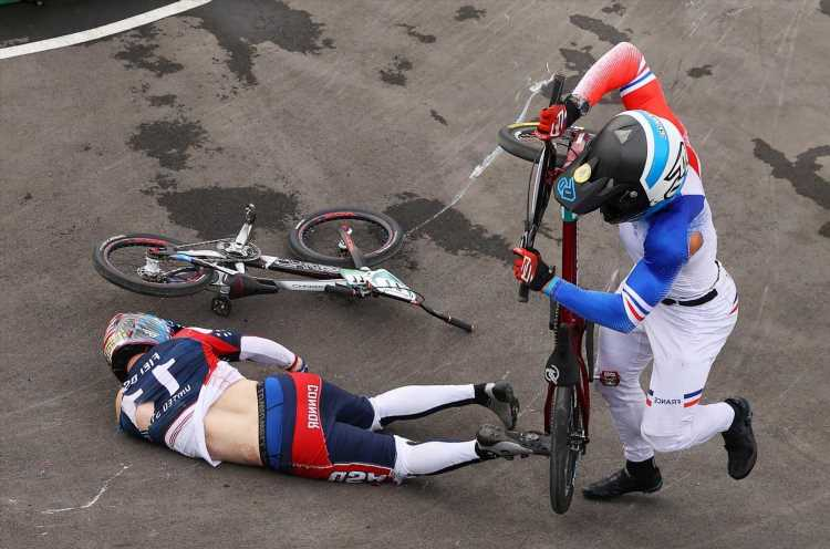Connor Fields horror crash: Reigning BMX Olympic champion leaves on stretcher after semi-final shunt at Tokyo 2020