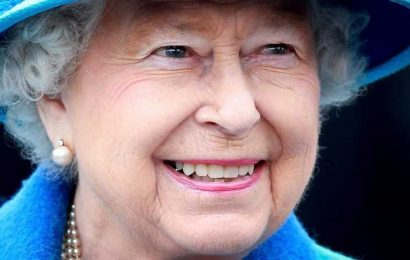 What Does Queen Elizabeth Really Carry In Her Purse?